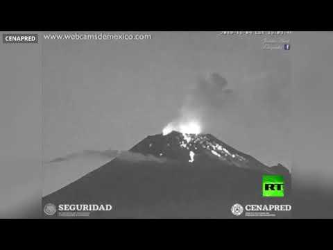 لحظة ثوران بركان بوبوكاتبتبيل في المكسيك