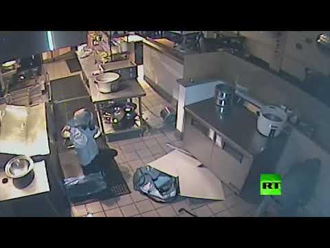 لصة تسقط من سقف أثناء سرقتها مطعمًا في كاليفورنيا