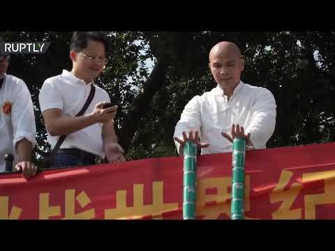مدرب كونغ فو صيني يرفع مئة عبوة معدنية وعبوتين بلا أصابع