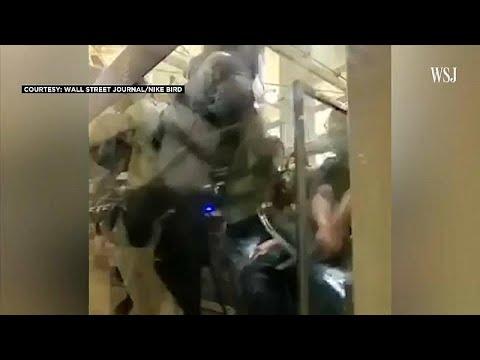 شاهد شرطي محاصر من المحتجين يشهر مسدسه للدفاع عن النفس في هونغ كونغ