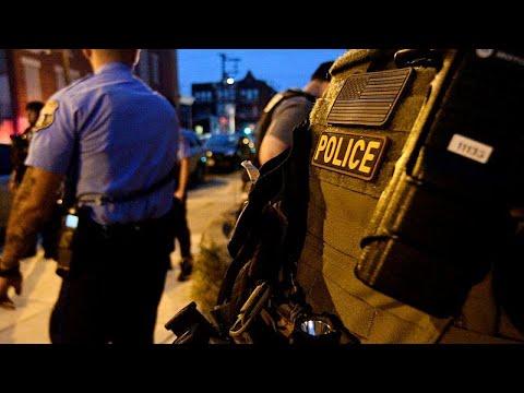 شاهد توقيف مشتبه فيه بعد إصابة 6 ضباط شرطة خلال مداهمة في فيلادلفيا