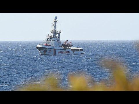 شاهد سفينة لإنقاذ 147 مهاجرًا تعلق بالمياه الإيطالية وسط خلافات الوزراء في روما