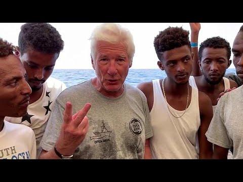 شاهد نجم هوليوود يزور سفينة لمهاجرين عالقين في البحر المتوسط رفضت دول أوروبية استقبالهم