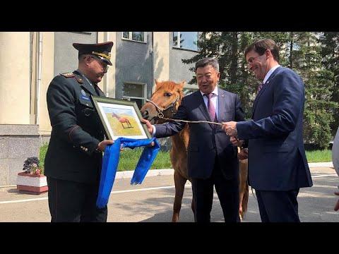 شاهد وزير الدفاع المنغولي يُهدي نظيره الأميركي مارك إسبر هدية خاصة