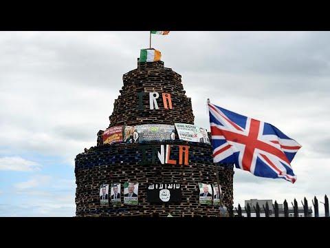 شاهد إصابة 3 من عناصر الشرطة البريطانية في اشتباكات مع متظاهرين في إيرلندا الشمالية