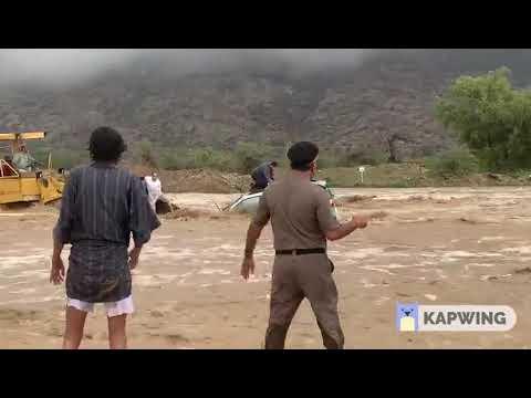 لحظة إنقاذ محتجزين في سيول وادي نيرا في الباحة باستخدام شيول
