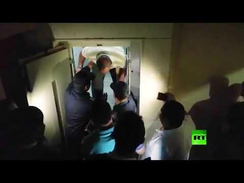 شاهد إنقاذ شخصين علقا في مصعد في مصر