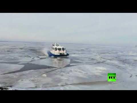 لحظة إنقاذ 64 شخصًا علقوا على جليد عائم