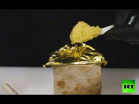 شطيرة شاورما بالدجاج يتم تزيينها بورقة من الذهب