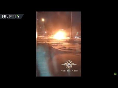 رجل ينقذ عجوزًا من سيارة مشتعلة في تومسك الروسية
