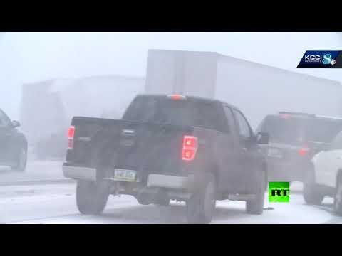 شاهد حادث سير جماعي بمشاركة 50 سيارة وحافلة في الولايات المتحدة