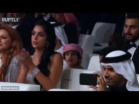 شاهد رونالدو يتوج بجائزة غلوب سوكر لأفضل لاعب في العالم