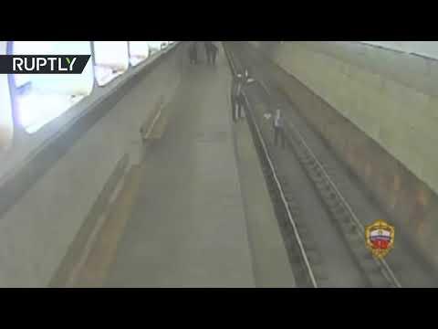 رجل يوقف قطارًا في مترو أنفاق موسكو لالتقاط صور