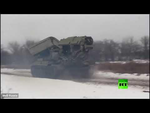 شاهد عربات روسية مدرعة تحمل الشاحنات عبر أحد الأنهار