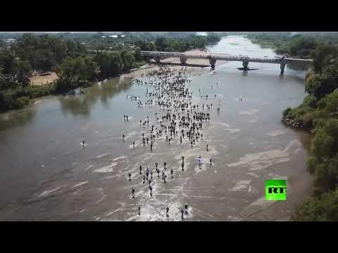 شاهد لقطات جوية لعبور آلاف المهاجرين غير الشرعيين لنهر نحو المكسيك