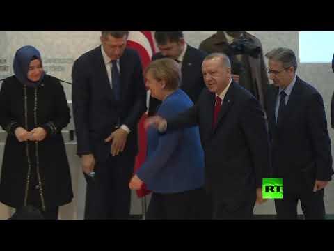 شاهد رجب طيب أردوغان يقدم هدية لـ أنغيلا ميركل