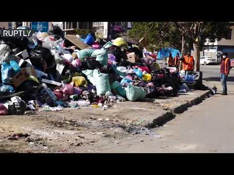 شاهد القمامة تملأ شوارع طرابلس الليبية وسط تدهور للخدمات العامة