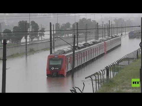 الفيضانات تغرق قطارًا في البرازيل وتتسبب في اختناقات مرورية هائلة