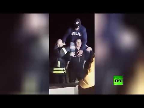 شاهد الدفاع المدني المصري ينقذ مواطنين من الفيضانات