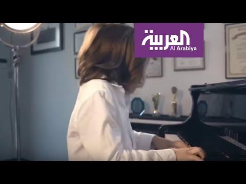 شاهد طفل يوناني يؤلف مقطوعة موسيقية لدعم مصابي كورونا