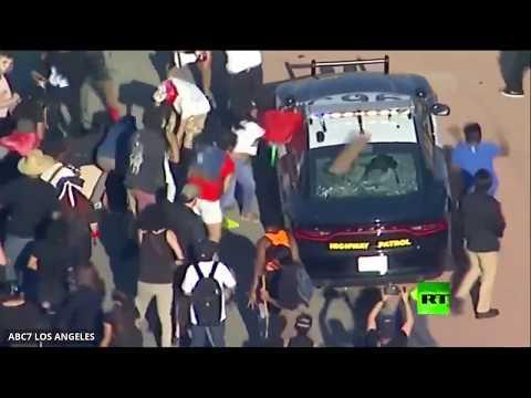 شاهد محتجون يقطعون حركة المرور ويُهاجمون سيارات الشرطة في لوس أنجلوس