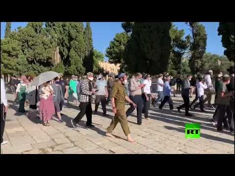 شاهد عشرات المستوطنين يقتحمون المسجد الأقصى بحماية الشرطة الإسرائيلية