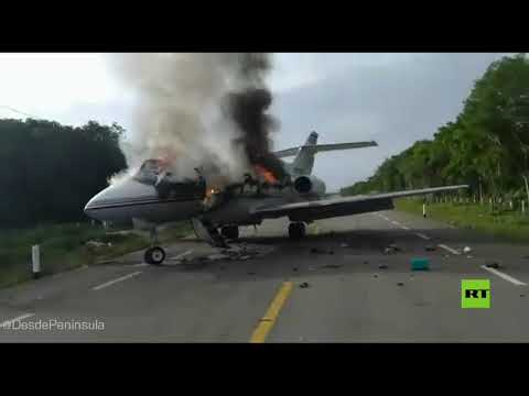 شاهد تحطم طائرة مخدرات على طريق سريع في المكسيك