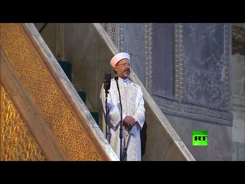 شاهد سيف خطيب مسجد آيا صوفيا في تركيا يسرق الأضواء