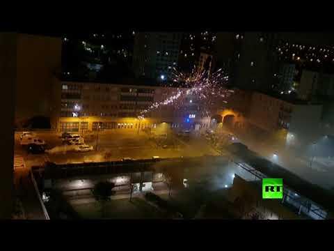 شاهد هجوم بألعاب نارية على مركز للشرطة في ضواحي باريس