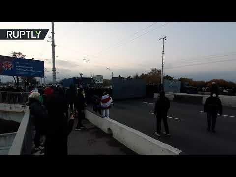 شاهد الشرطة تستخدم قنابل ضوئية لتفريق محتجين في بيلاروس
