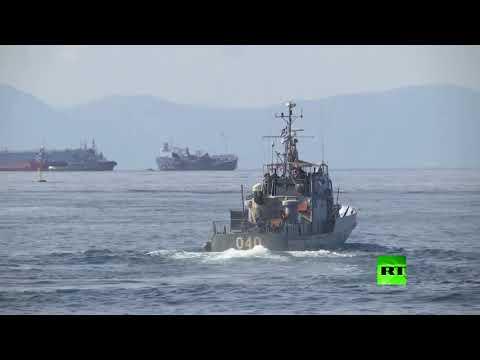شاهد تصادم بين سفينة للأسطول اليوناني وسفينة حاويات قبالة ميناء بيريوس