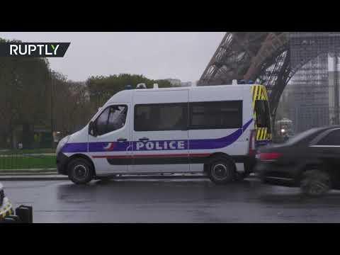 شاهد الشرطة الفرنسية تخلي محيط برج إيفل بعد العثور على حقيبة ذخيرة