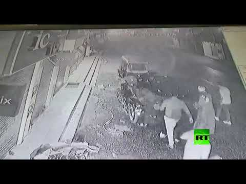 شاهد نجاة طفل مصري من الموت بأعجوبة بعد سقوطه من الطابق الثالث
