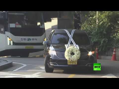 شاهد عائلة رئيس سامسونغ الراحل لي كون هي تُشيع جثمانه
