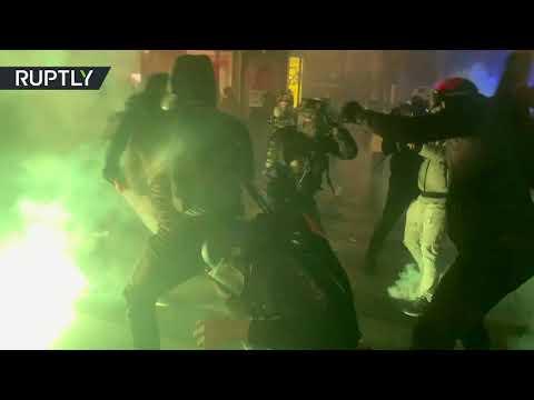 شاهد باريس تغرق في الفوضى جراء اشتباكات عنيفة بين المحتجين والشرطة