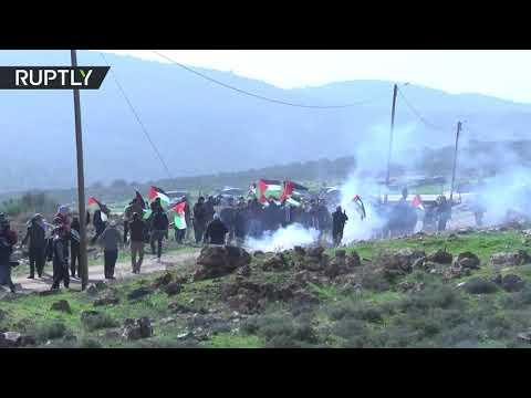 شاهد القوات الإسرائيلية تطلق الغاز المسيل للدموع على مسيرة