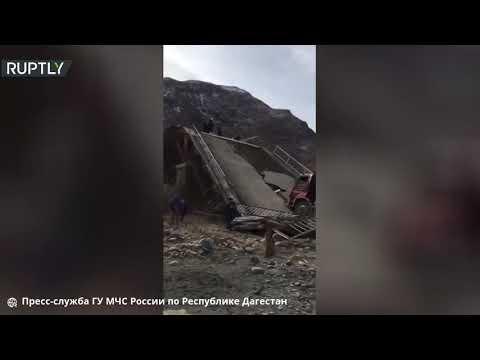 شاهد انهيار جسر لحظة مرور شاحنة جنوبي روسيا