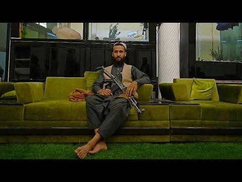 مقاتلو طالبان يتنعمون بالترف في قصر نائب الرئيس الأفغاني الأسبق
