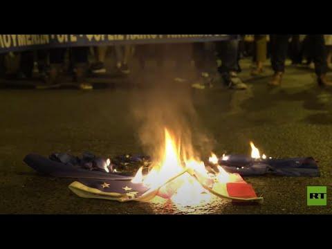 إحراق أعلام الناتو والولايات المتحدة قرب السفارة الأميركية في أثينا