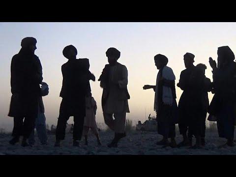 عناصر من حركة طالبان يغنون ويرقصون