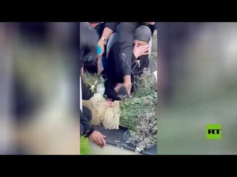 الأسيرة الفلسطينية المحررة خالدة جرار تبكي على قبر ابنتها سهى